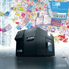 Industrie-Farbetikettendrucker von Epson mit farbigen Etiketten im Hintergrund