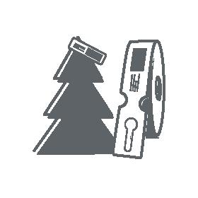 Schlaufenetikett aufgerollt als Rolle mit etikettierten Tannenbaum im Hintergrund